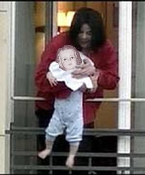Fotomontaje: Michael Jackson sacando al niño Jesús por un balcón
