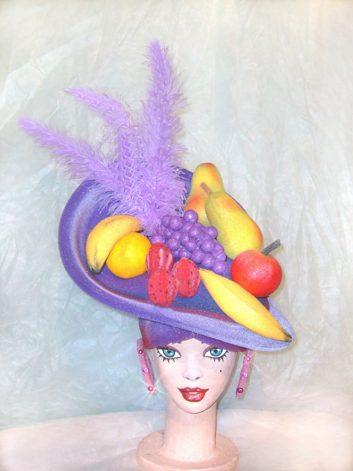 Gorro candombera violeta con frtutas y plumas flex retorcidas lilas. Gorros  candomberas con frutas 36cccdc30ac