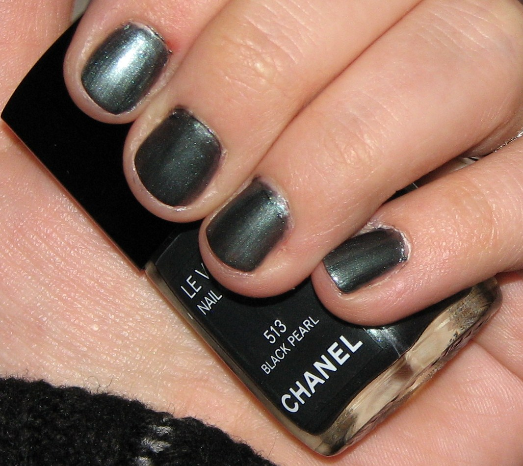 Chanel Black Pearl Le Vernis Nail Color Review & Swatches
