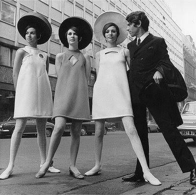 moda+espacial+60s4 Um passeio pelas vitrines dos anos 50 aos 90