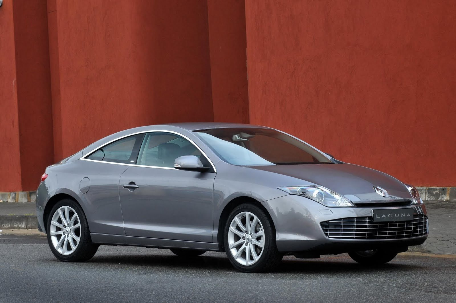 in4ride 2010 renault laguna coupe now available in sa. Black Bedroom Furniture Sets. Home Design Ideas