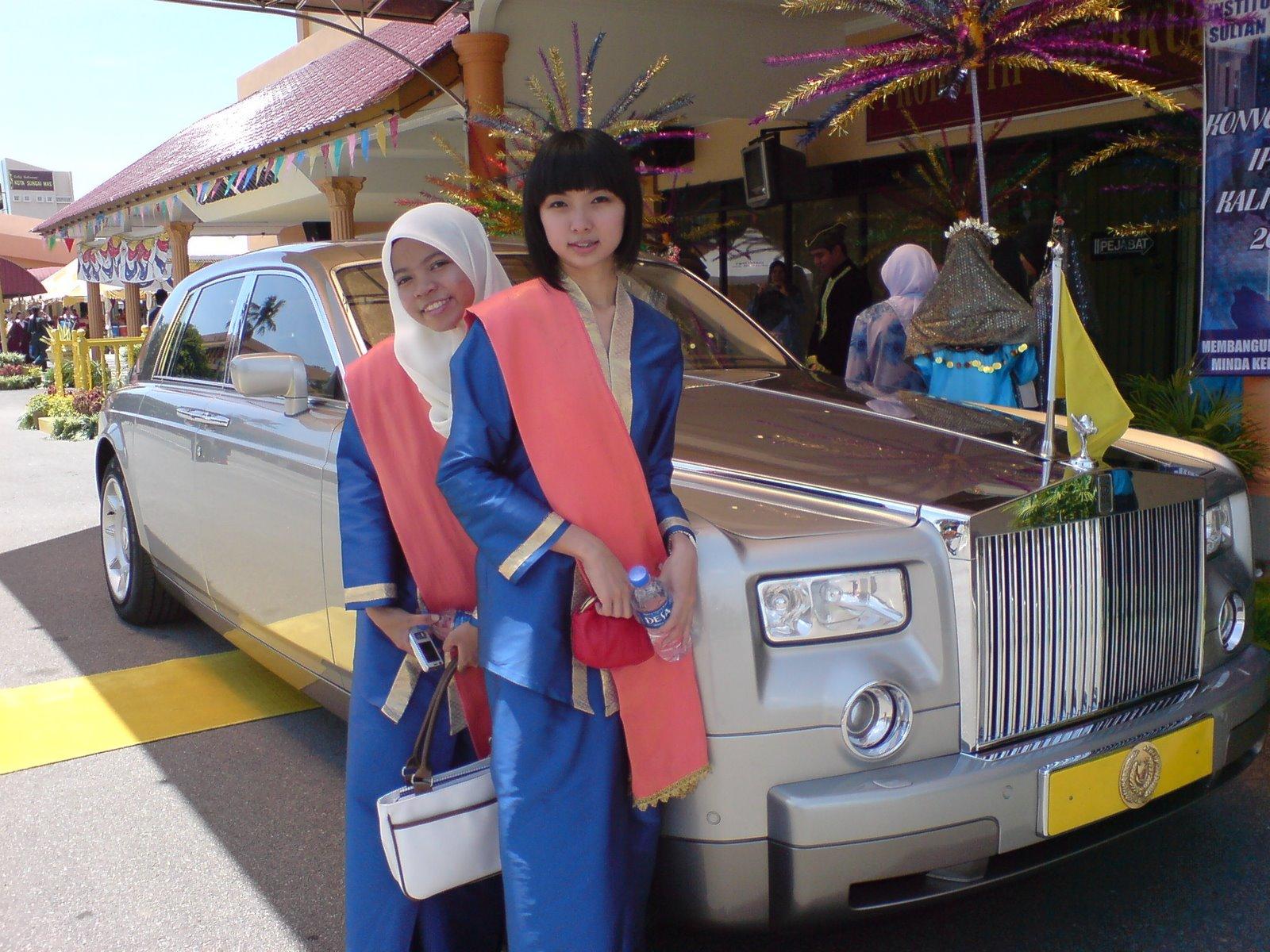 Dua wanita cantik bergambar bersama kereta Rolls-Royce Sultan Kedah. Nampaknya, bergambar sahajalah yang mampu dilakukan. Sultan prihatin wang rakyat.