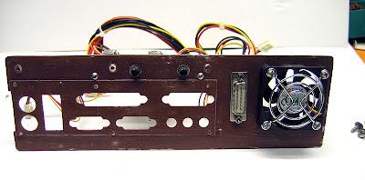 Кроме платы регуляторов оборотов вентиляторов, на задней стенке расположены гнездо разъёма питания и вентилятор для жёсткого диска.