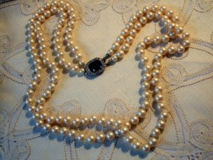Double stranded bead necklace of glass pearls