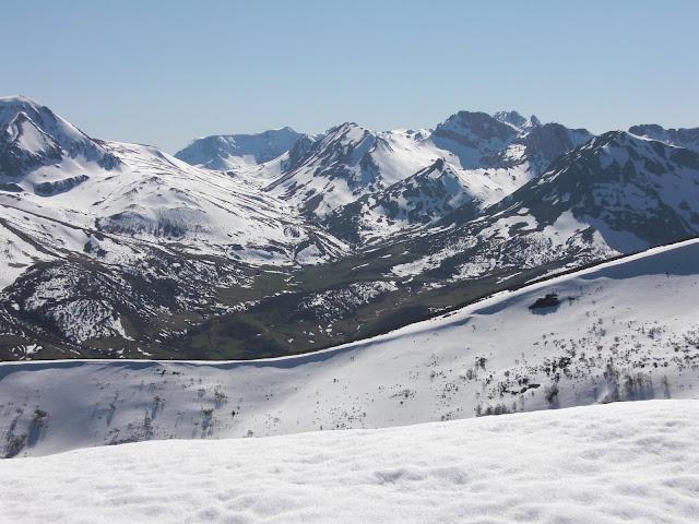 Valle de Torrestío con el Montigüeiru al fondo