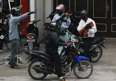 Foto foto+Perampokan+Bank+CIMB+Niaga+Aksara+Medan+ +3 Tujuh Perampok CIMB Niaga Medan Kini Tengah Diidentifikasi