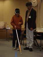 白杖使い、床の凹凸テープを探り歩いてみる