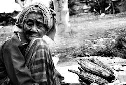Nenek penjual jagung bakar