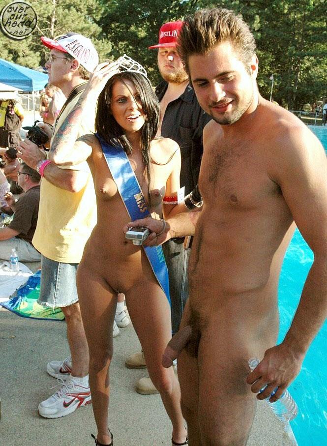 парни девушки голые на пляже и