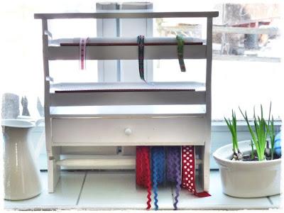 regenbogenbuntes b nder regal. Black Bedroom Furniture Sets. Home Design Ideas