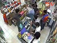 [VIDEO] Aksi Kawanan Pencuri Bermodus Hipnotis di Minimarket Terekam CCTV