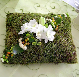 Mohából készült esküvői gyűrűpárna orchideával díszítve