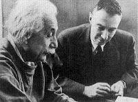 Albert Einstein y Robert Oppenheimer jugando al ajedrez