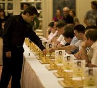 Levon Aronian impartiendo unas simultáneas en el festival de ajedrez Chess Classic Mainz Maguncia 2009