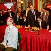 Topalov jugando ajedrez a la ciega contra varios tableros