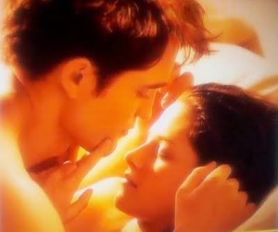 Bella (Kristen Stewart) e Edward (Robert Pattinson) estão apaixonados. - Crepúsculo Amanhecer