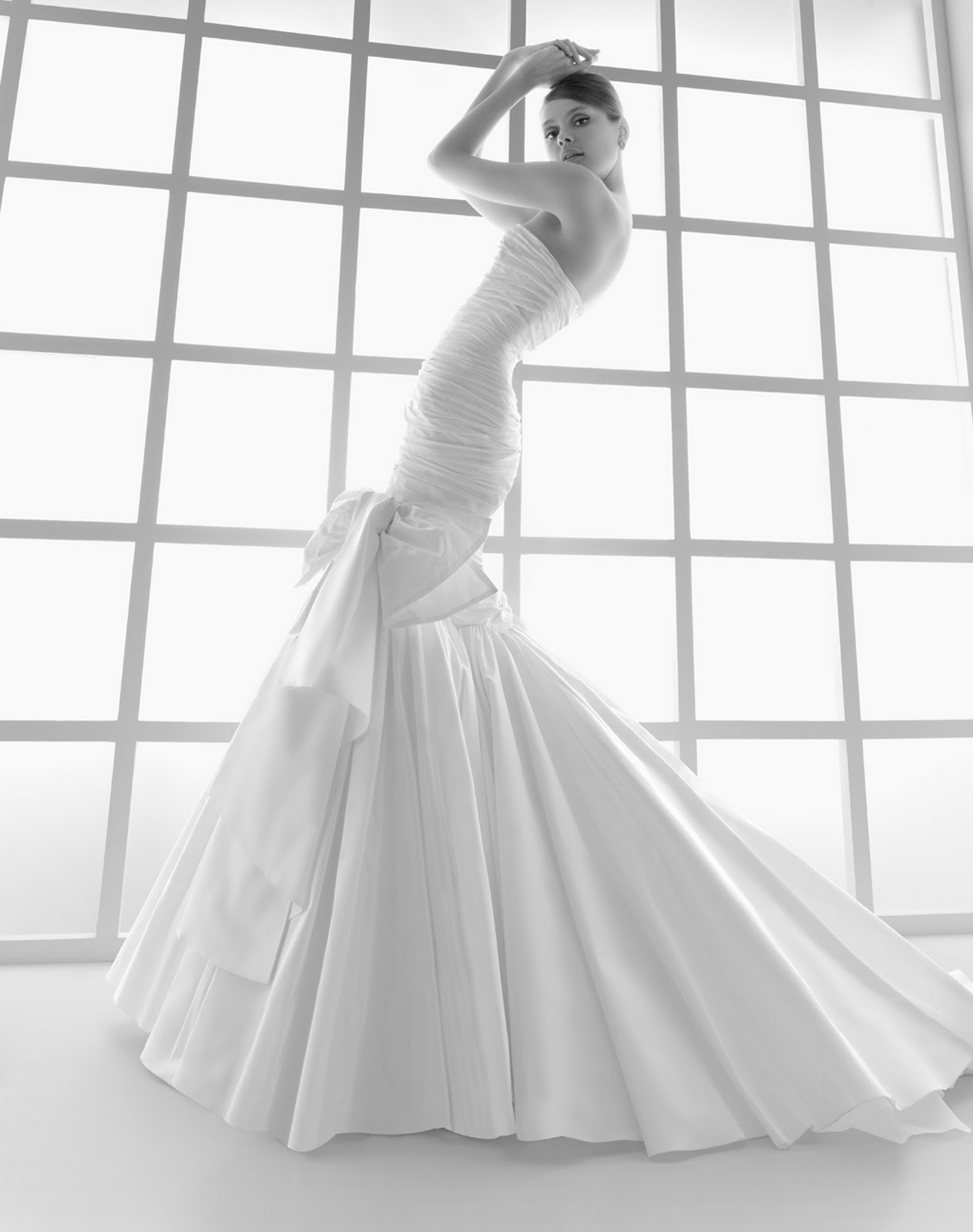 6b0be171b5 A legtöbb nő álma, hogy egyszer hófehér ruhában oltár elé állhasson,  mindenki őt csodálja, az a nap szinte csak róla szóljon. Ám nem mindegy,  milyen ruhát ...
