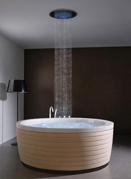 Esta tina de baño con ducha ha sido creada por la empresa Porcelanosa y  lleva el nombre Soleil Bathtube. Una bañera que además cuenta con toda la  tecnología ... c0151226b713