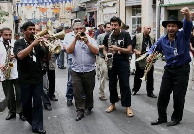 Musique des Balkans - Fanfare Vagabontu ; de la musique tzigane roumaine déjantée  1