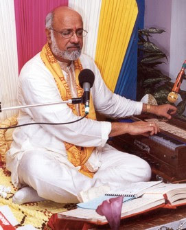 Shri Prakash Gossai delivering a lecture on the Shri Ramacharitamanas