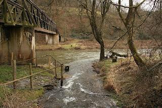 Kolm piiriposti, ühispunkt on nende vahel jões
