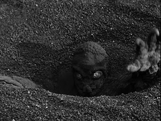Surgiendo de las profundidades / The Mole People