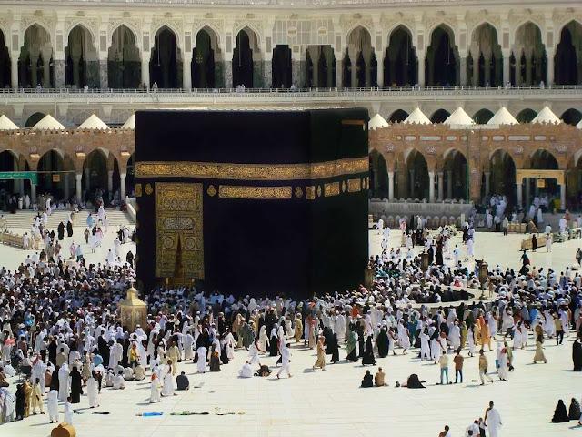 http://3.bp.blogspot.com/_QfVWU-2pVL4/S8EdcURSunI/AAAAAAAANZ0/V1KVQ257qIM/s640/masjid-al-haram-in-makkah-saudi-arabia-kaba.jpg পবিত্র বাইতুল্লাহ শরীফ বা কাবা শরীফের ভিতরের র্দুলভ কিছু নিদ