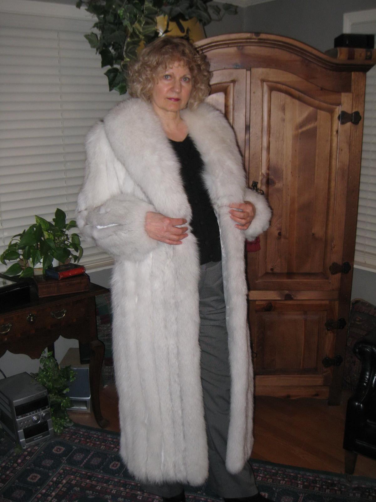 sexy women in furcoats jpg 1152x768