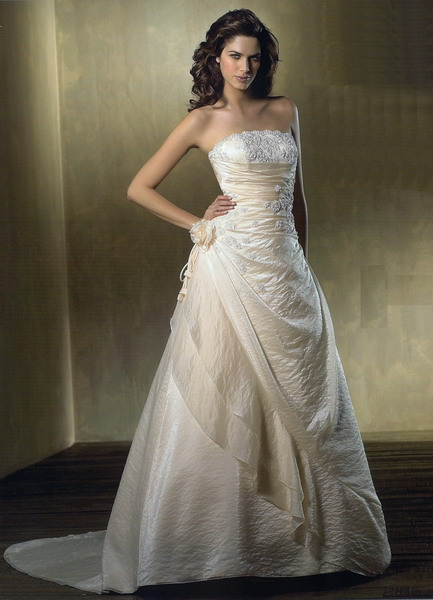 Ivory Wedding Gown With Beautiful Strapless Cut Style