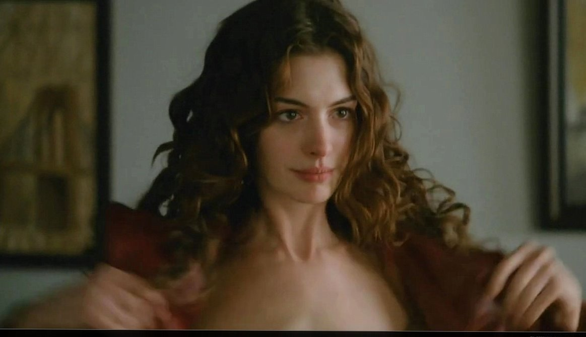 Anne Hathaway Says She Picked Out Fluorescent Bras For Her Character To Wear In Her New Movie With Jake Gyllenhaal The R Rated Love And Other Drugs