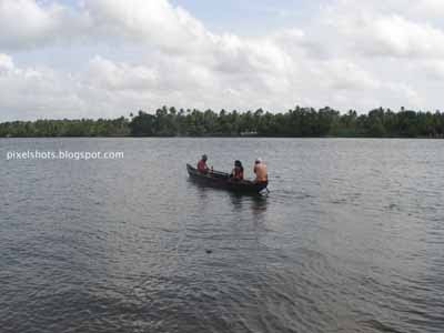 boats in chalakkudy river,canoe rowed through rivers of kerala,photograph of the main stream of keralas river-chalakkudy from thrissur district,vallom