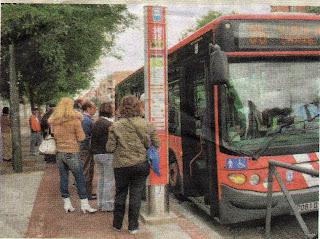 ¿que hace un carril bici como tu en una parada de autobus como esta?