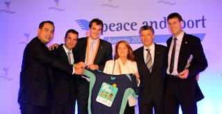 From left: Leandro Olvech, Juan Pique (Colombianitos Projects Director), Yann Coelenbier (Peace and Sport, Managing Director), Monica Ospina (Colombianitos board member), J๖el Bouzou (Peace and Sport President) and Thomas Weikert holding the T-shirt of the Ping Pong Paz programme in Colombia.