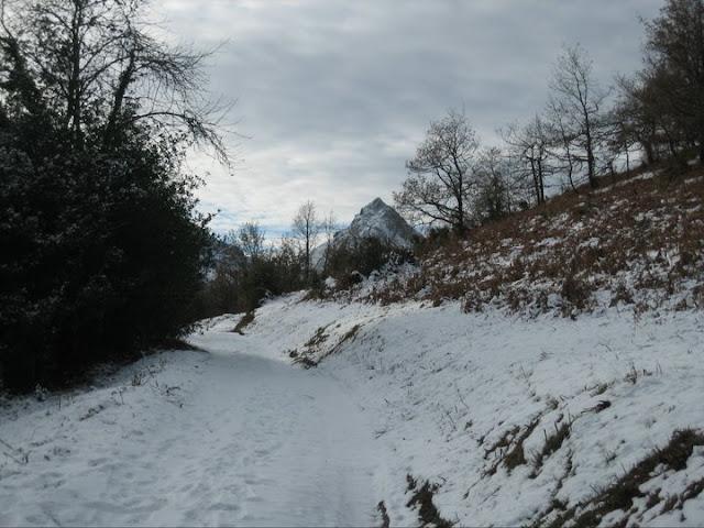 Rutas Montaña Asturias: Iniciamos el camino con nieve y el Recuencu al fondo