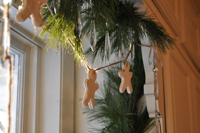 Make a fun garland with salt dough and gingerbread scented men