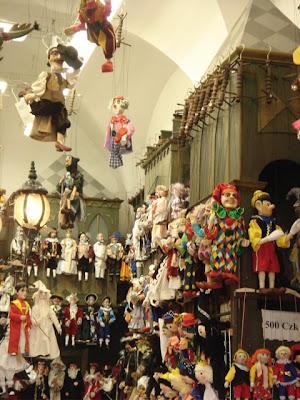 http://3.bp.blogspot.com/_Rs53-MPsJaI/STDSHBJ4XFI/AAAAAAAAKjs/lo7f__HUH4U/s400/prague+marionette+shop13.jpg