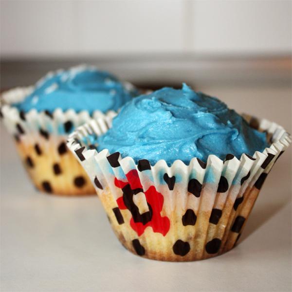 M&M's Stuffed Easy Vanilla Cupcakes - Dinner, then Dessert   Blue Vanilla Cupcakes