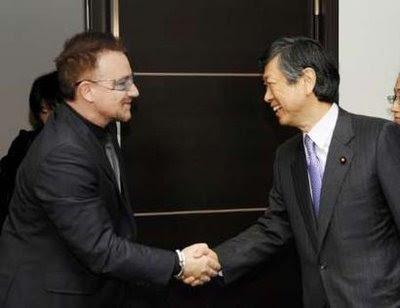 Bono y el Ministro de exteriores Japones Masahiko Komura