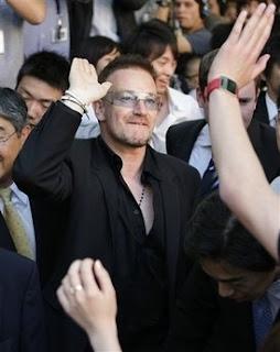 Bono de U2: Doctor en Leyes por la Keio University