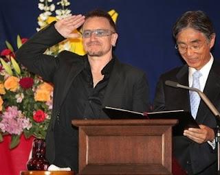 Bono: Doctor en Leyes por la Keio University