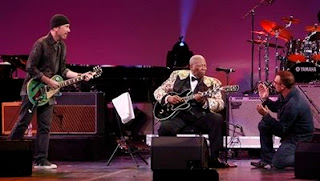 Bono, Edge y B B King actuando en Los Angeles