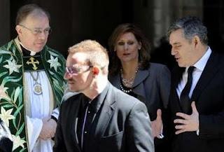 Bono en el funeral de Clement Freud
