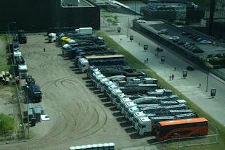 Camiones transportando el escenario a Amsterdam