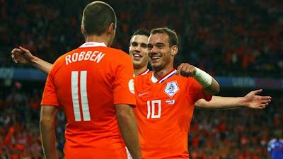 https://i2.wp.com/3.bp.blogspot.com/_Souln7A6cDQ/SFL9RQRFstI/AAAAAAAAEqk/1oKCAHiusfY/s400/UHOLANZI+NA+UFARANSA+Arjen+Robben+akishangaliwa+na+Wesley+Sneijder+ba+Robin+van+Persie+baada+ya+kufunga+goli+la+tatu+13+Juni+2008.jpg
