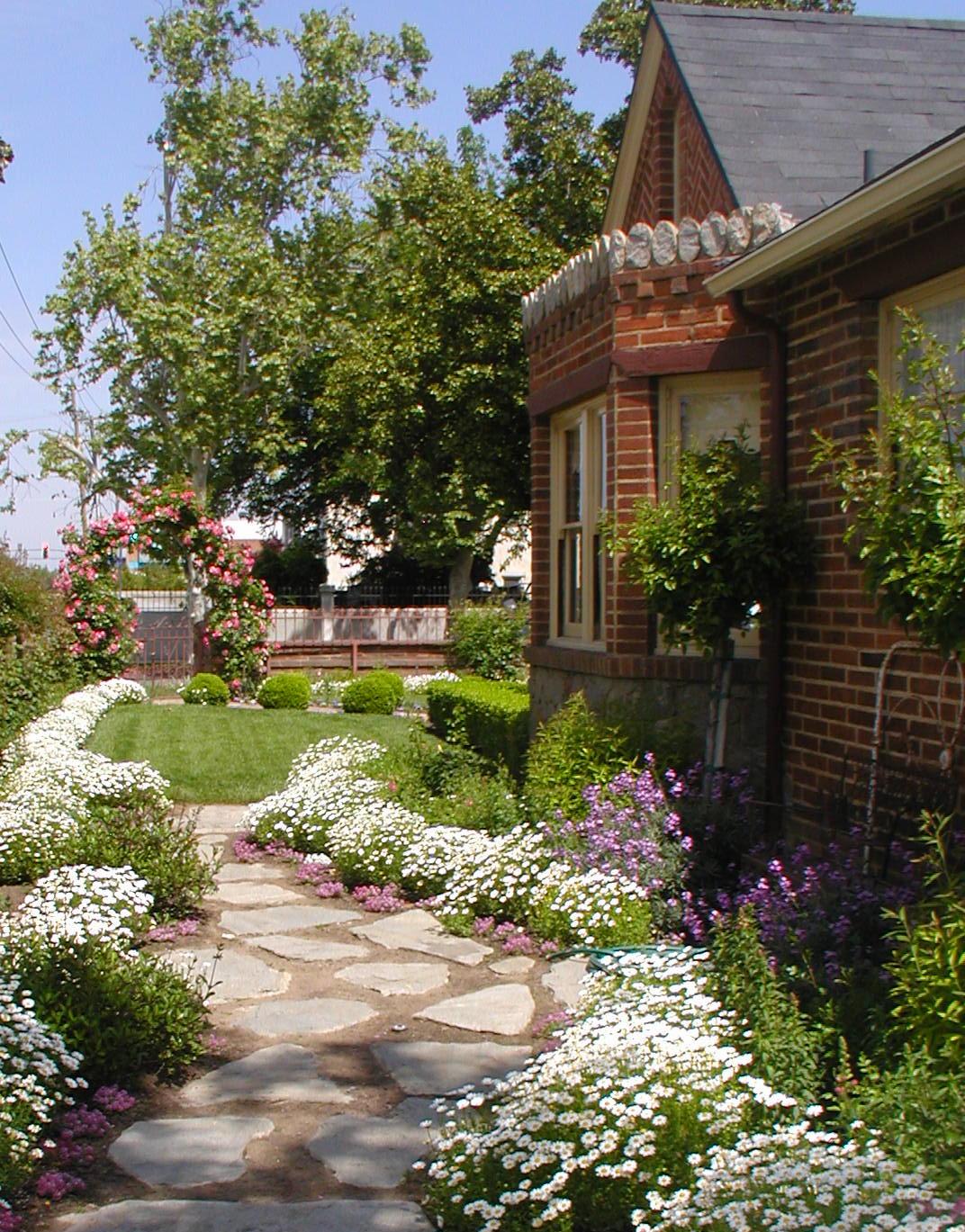 Cottage Gardens: Chateau De Fleurs: English Cottage Romance