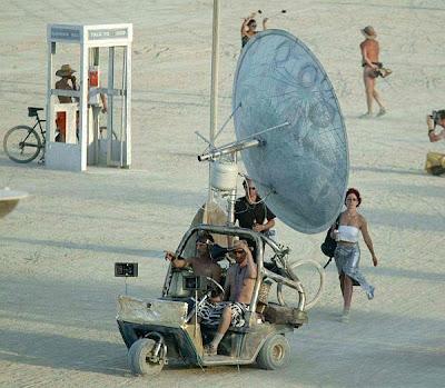 coche raro con antena parabólica invento Rare car with satellite dish