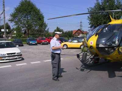 Policía poniendo multa a helicóptero Police fine helicopter