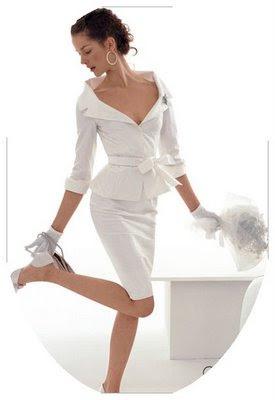 ...представляется в коротком свадебном платье.  Раньше точно так невесты...