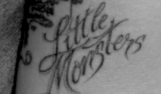 Lady Gaga Tatuajes pt.1) lady gaga gets 'little monsters' tattoo - little monsters official