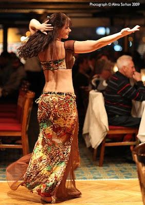 Menikmati Tari Perut bersama Sang Penari. Lambat laun petikan sitar seperti menebarkan kehangatan sang penonton. Kemudian penari canti itu mengayunkan lengannya dengan gerakan gemulai, bahunya berguncang-guncang mengikuti hentakan irama.